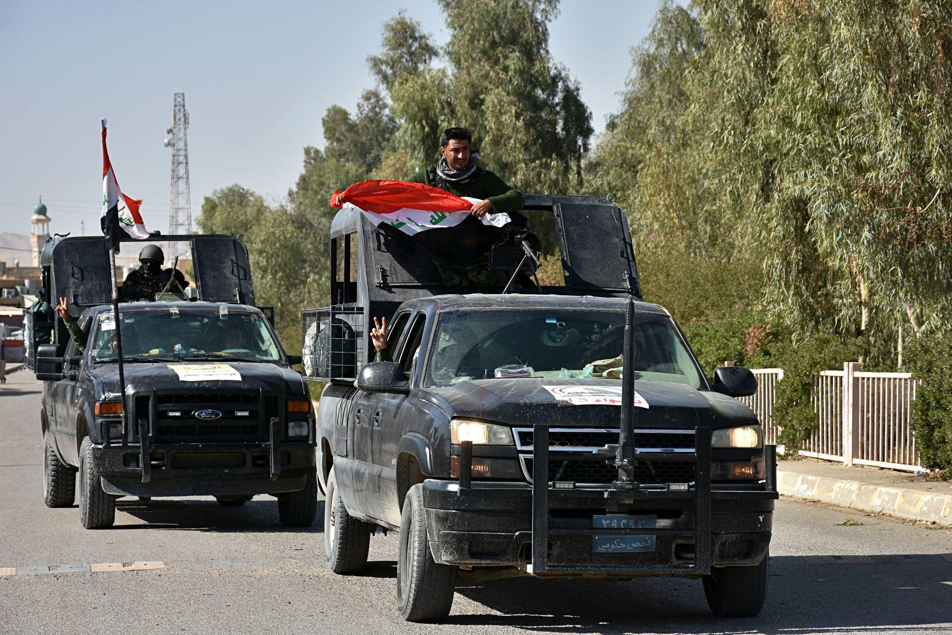 MOT NORD: Militære styrker med lojalitet til Bagdad kjører nordover langs hovedveien mellom Kirkuk og Erbil fredag.