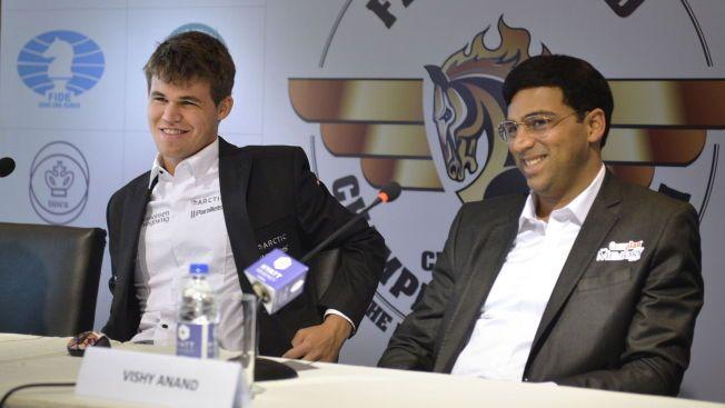 GAMLE KJENTE: Magnus Carlsen (til venstre) og Viswanathan Anand under en pressekonferanse i Chennai i fjor høst. Da ble Carlsen verdensmester. Nå skal Anand forsøke å ta tilbake tronen i Sotsji.
