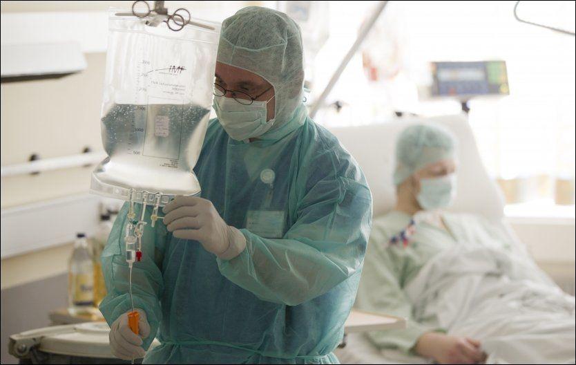 LIVSFARLIG SYKDOM: Den aktuelle E. coli-bakterien kan føre til nyresvikt. Her får en E. coli-pasient dialyse på et sykehus i Hamburg mandag. Foto: AP