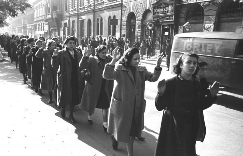 ARRESTERT: Jødiske kvinner arrestert på Wesselenyi-gaten i Budapest, oktober 1944. De ble internert og sendt i konsentrasjonsleirer, for å bli drept.
