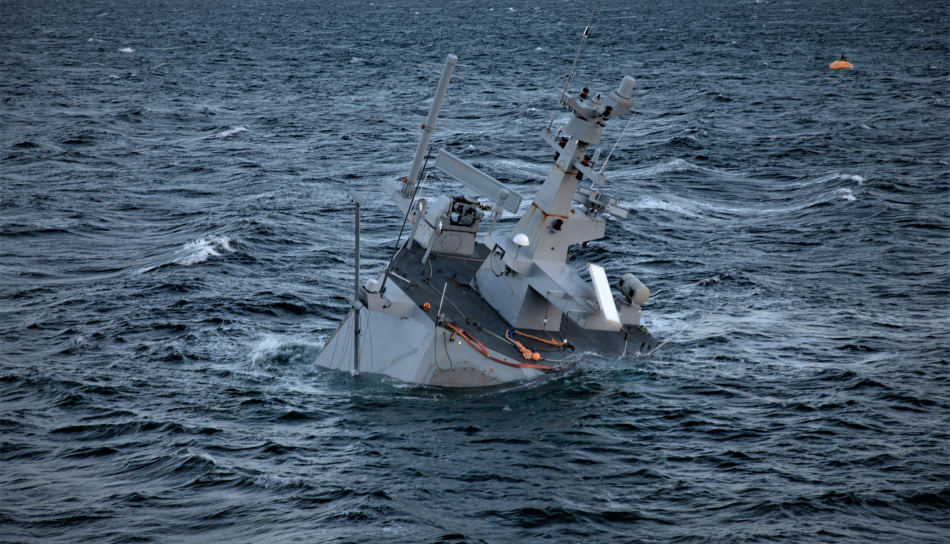 SANK VED LAND: Etter sammenstøtet ble KNM «Helge Ingstad» forsøkt plassert på grunt vann. Etter et par uker sank den likevel, så bare radartårnet var over vannet.