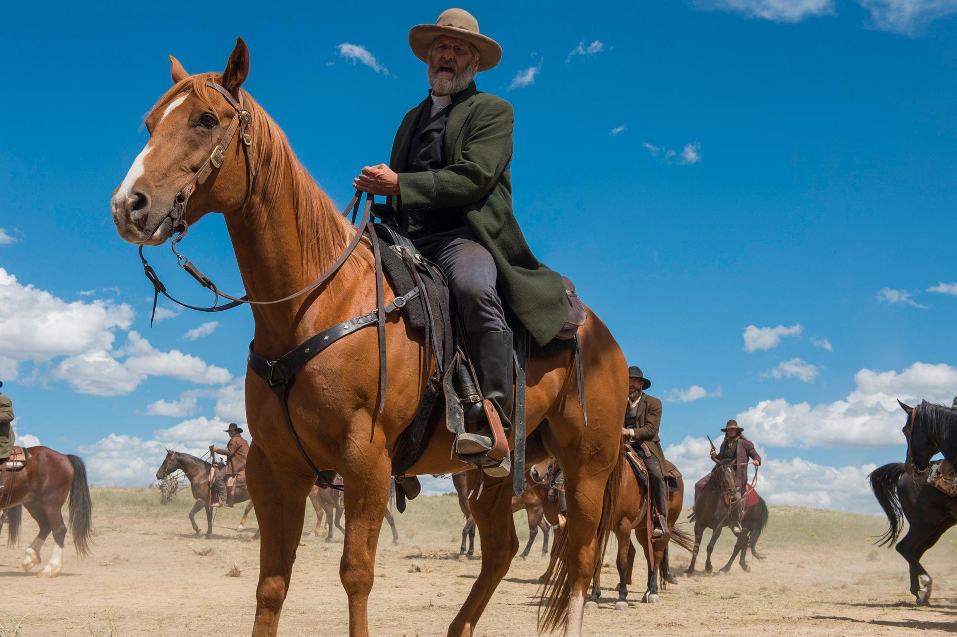 COWBOY: Jeff Daniels spiller en ulv i julenisseham i western-serien «Godless».