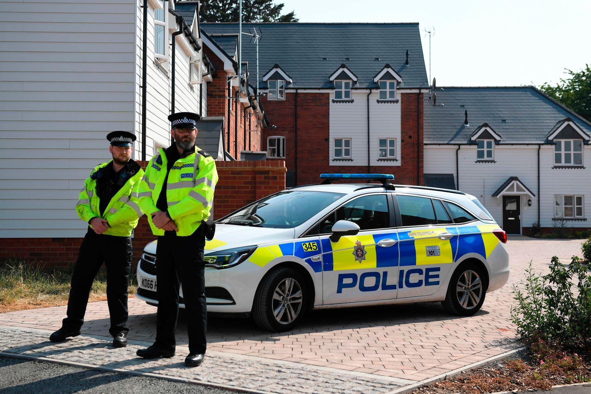 KRITISK: Politiet på plass utenfor huset i Amesbury, hvor paret i 40-årene ble funnet.