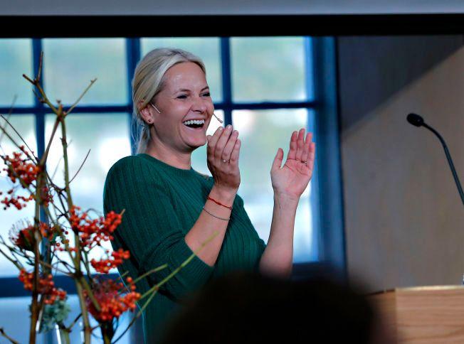 SKRØT AV HAAKON: Kronprinsesse Mette-Marit og de andre deltagerne på lederkonferansen i Bergen klappet i ettermiddag for kronprins Haakon og hans arbeid for å skape en møteplass for unge ledere og talenter.