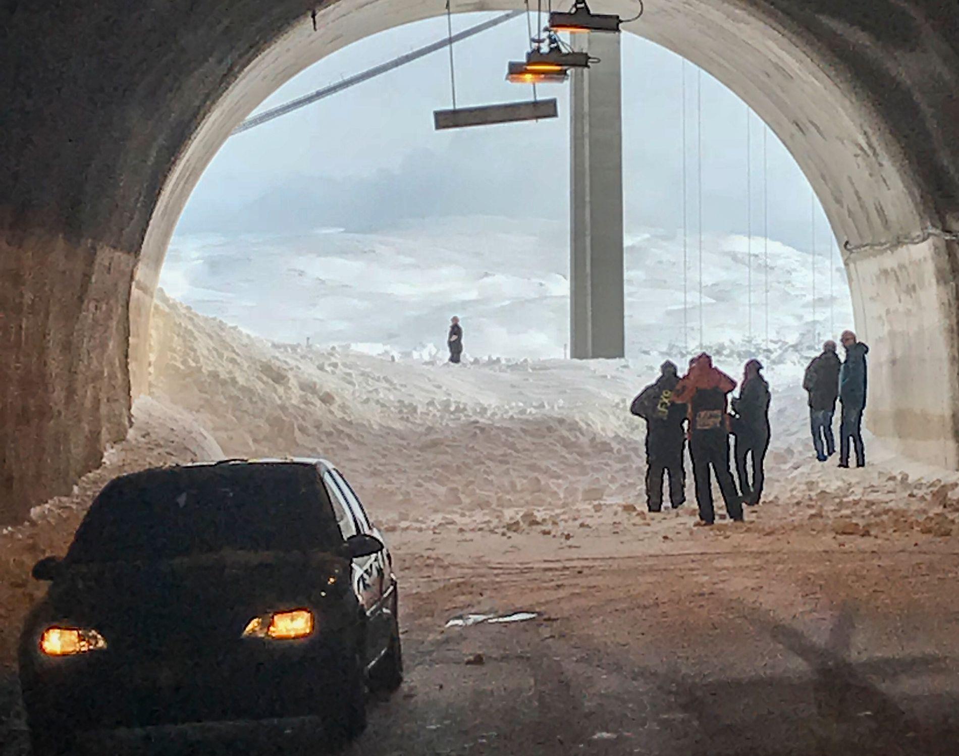 SPEIDER UTOVER: Trafikanter ble stående inne i tunnelen etter at et stort snøskred gikk over riksvei 94 ved Stallgargotunnelen mellom Kvalsund og Hammerfest fredag.