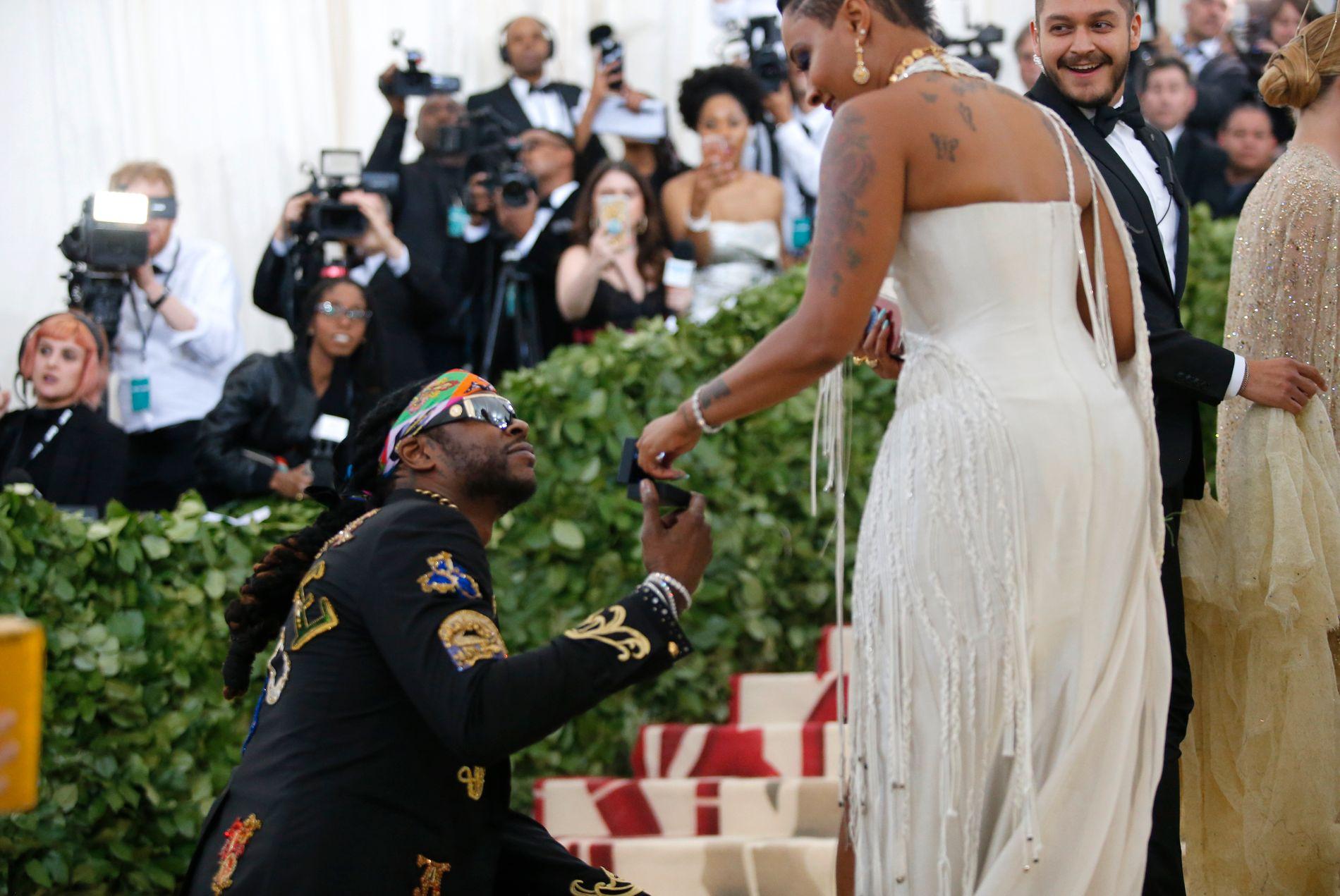 FRIDDE: Den amerikanske rapperen fridde til kjæresten under Met-gallaen i New York tidligere i år.