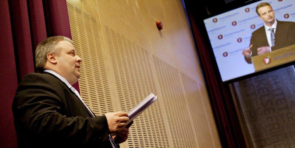 I KAMP OM BOMPENGER: I 2010 kjempet Bård Hoksrud (til venstre) mot Terje Søviknes som hadde godtatt bompenger. Nå har de bytter roller. Arkivfoto: SIMEN GRYTØYR