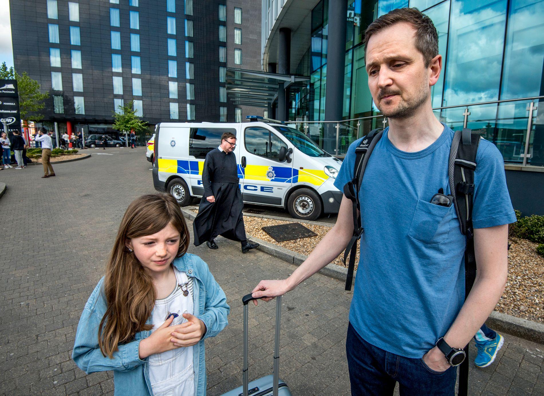 OVERLEVDE: – Nå vil vi hjem, sier Khalen (10). Bak henne og faren passerer en prest som har bistått konsertgjengerne.