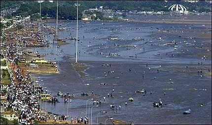 KATASTROFEOMRÅDE: Marina Beach i Madras er preget av døde folk, ødelagte biler og knuste båter. Foto: AP