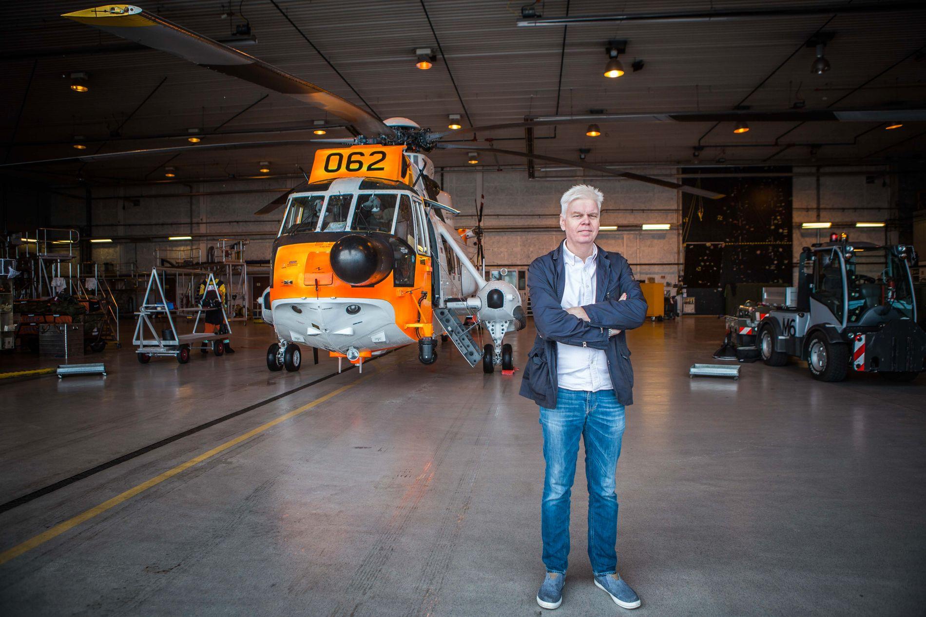 KOORDINERER OPPDRAG: Redningsleder Bjørn Jarle Åmlid ved Hovedredningssentralen Sør-Norge har ansvaret for å prioritere og koordinere redningsoppdrag med Sea King-helikoptrene, som opereres av 330-skvadronen.