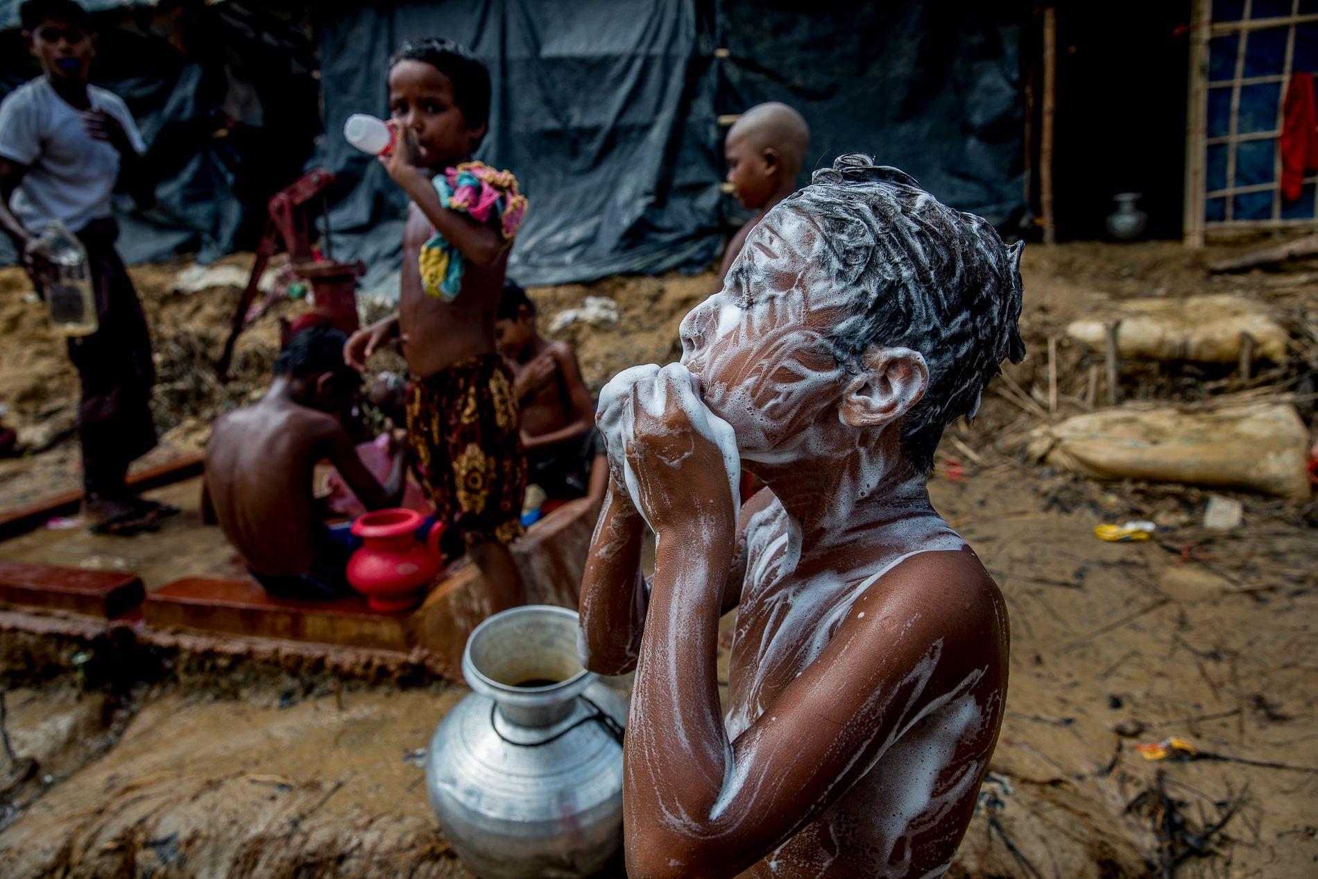 SÅPEVANN: En håndpumpe med vann gir barna i flyktningleiren en etterlengtet mulighet til å vaske seg.