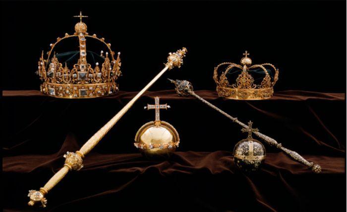 STJÅLET: Det er de to kronene i toppen og rikseplet i midten som ble stjålet, ifølge politiet.