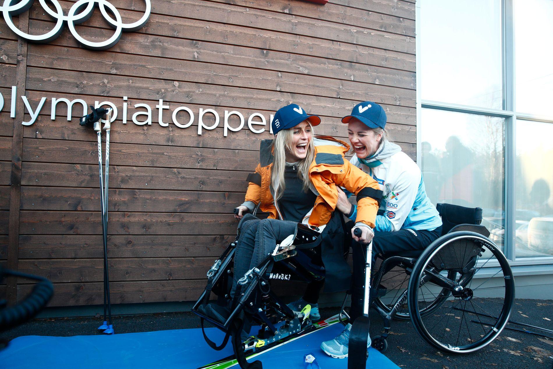 Therese Johaug (t.v.)og Birgit Skarstein (t.h.) utenfor Olympiatoppen etter lanseringen av para-VM på Lillehammer i 2021.