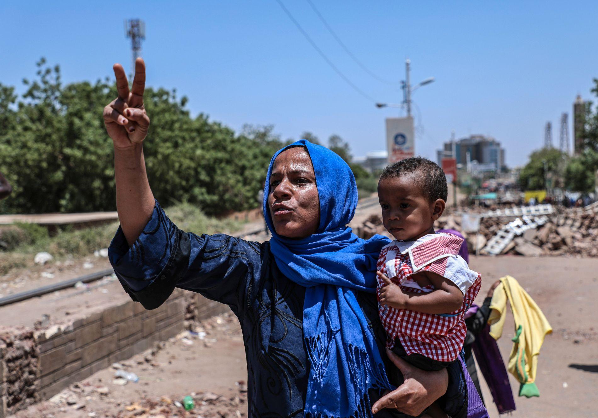 Demonstranter har i ukevis holdt en sitt-ned-aksjon i Sudans hovedstad Khartoum med krav om demokrati og reformer.
