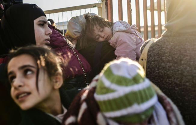 VED GRENSEN: Syriske familier i kø ved grenseovergangen i Öncüpınar i februar.