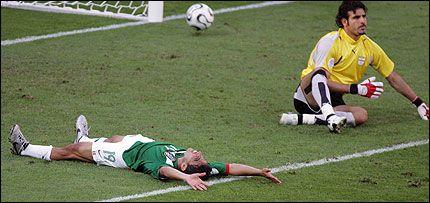 DAGENS MANN: Omar Bravo ligger i gresset og nyter øyeblikket etter at han har ført Mexico opp i ledelsen for andre gang i kampen. Foto: AFP