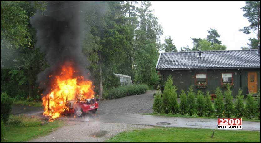 EKSPLOSJONSARTET: Familien på fire kom seg ut av bilen før flammene fikk skikkelig tak. Foto: Kim Jønsson
