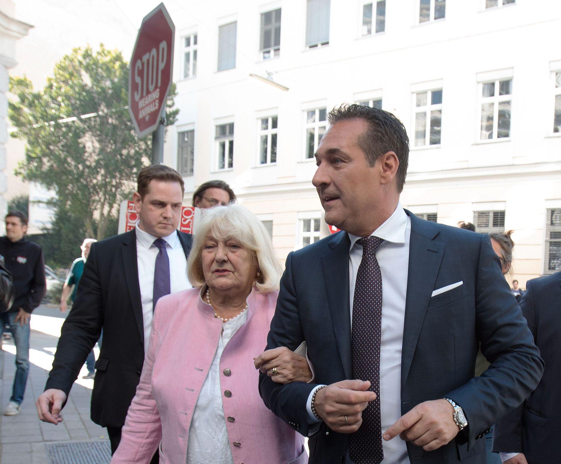 SØKER REGJERINGSMAKT: Heinz-Christian Strache, leder av det ytre høyrepartiet Frihetspartiet, stemte under søndagens valg med sin mor Marion Strache i Wien.