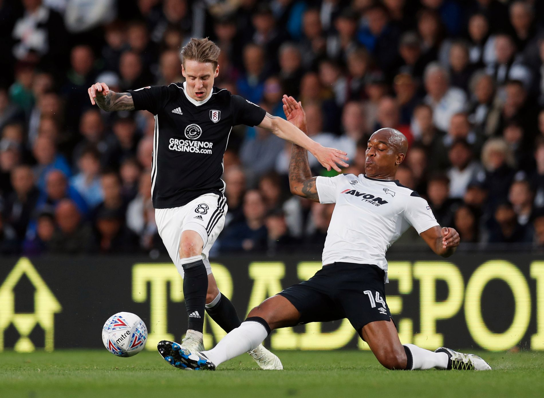 INTENST: Stefan Johansen i duell mot Derbys Andre Wisdom. Derby slo Fulham 1–0 i den første kampen.