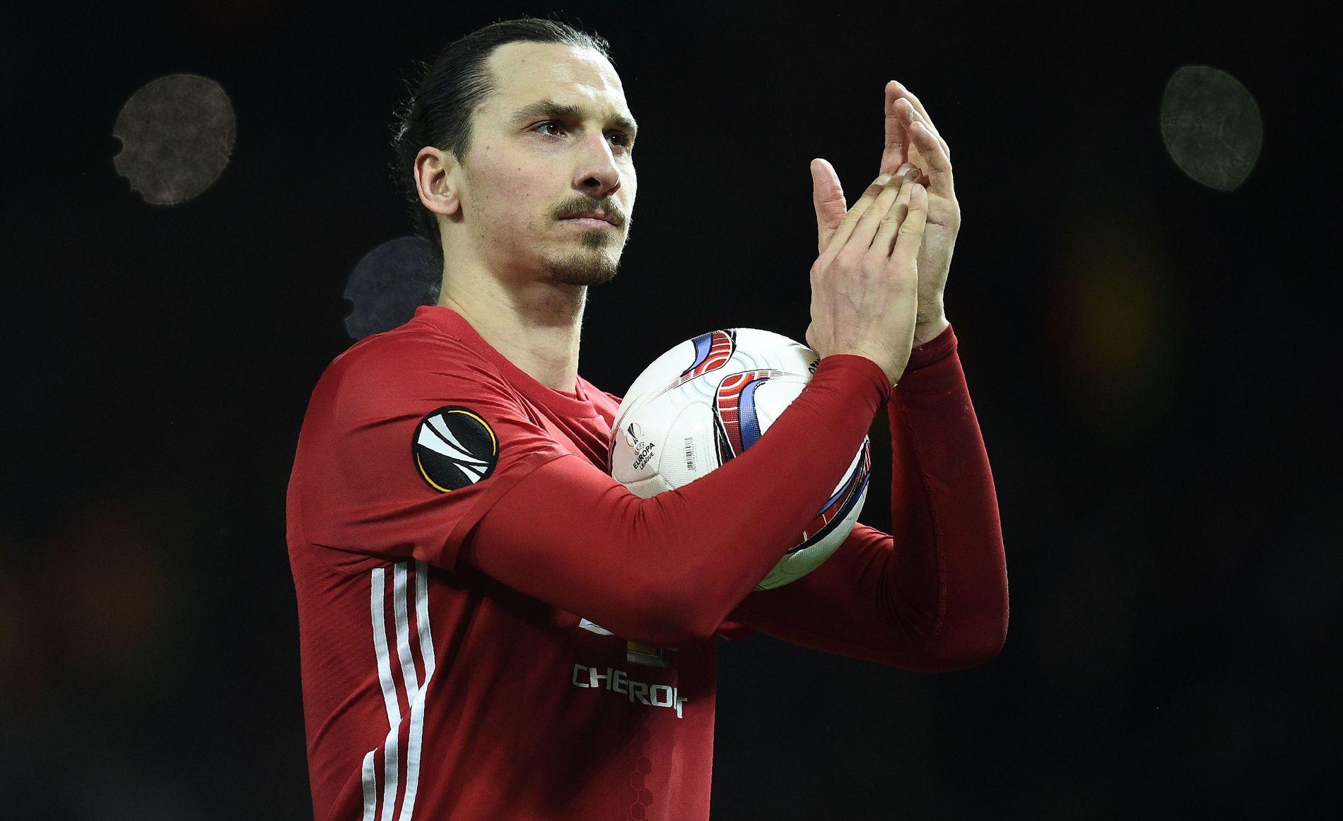 MÅLKONGE: Zlatan Ibrahimovic er 35 år, men bare fortsetter å score mål. Her tar han med seg matchballen hjem etter hat trick mot Saint-Étienne i Europa League.