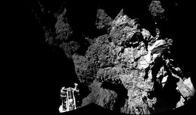 Dette bildet av Philae som lander på 67P er satt sammen av flere bilder.
