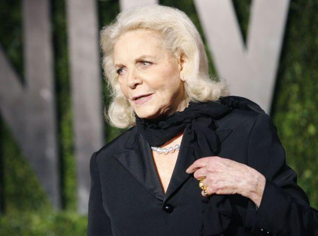 DØD: Skuespiller Lauren Bacall døde i sitt hjem tirsdag. Her er hun fotografert i det hun ankommer Oscar-festen til Vanity Fair i 2010.