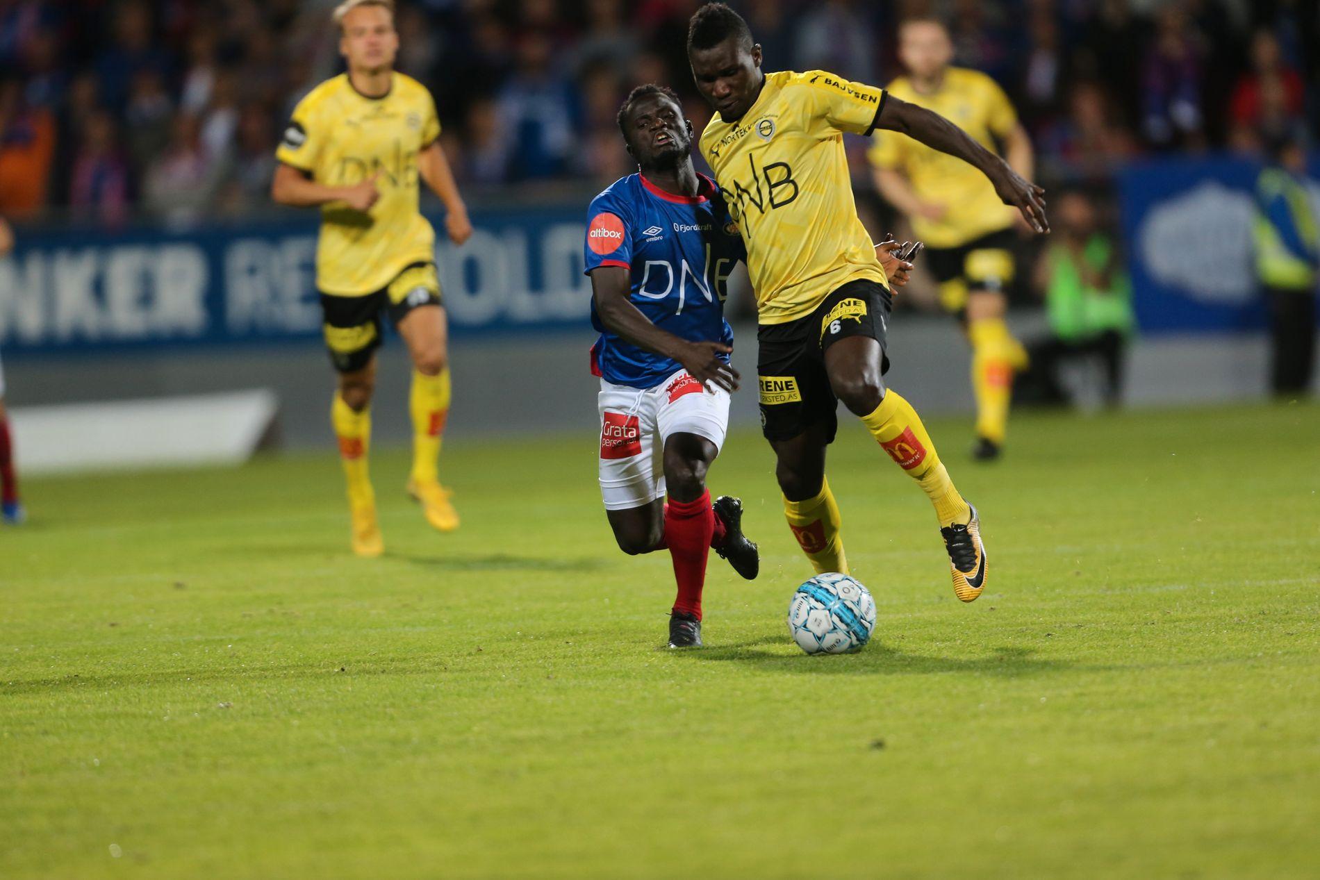 MANN MOT MANN: Vålerengas Mohammed Abu i duell med Lillestrøms Ifeanyi Mathew på Åråsen 2. september.