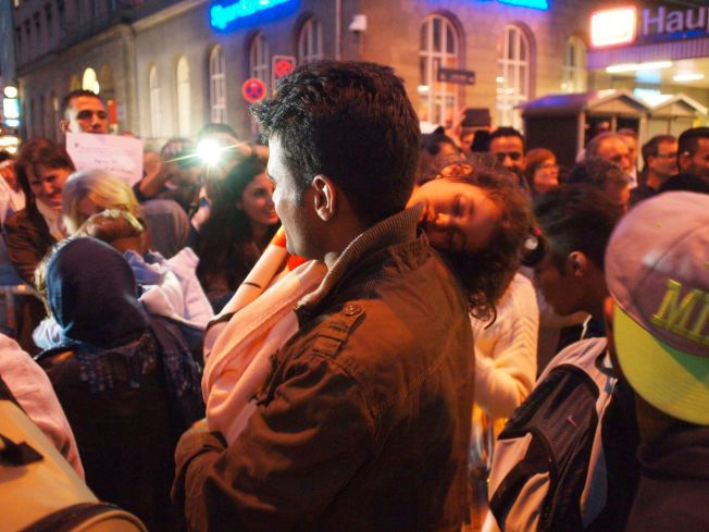 MANGE SMÅ BARN: Flere av de syriske flyktningene som ankom München lørdag kveld reiste sammen med hele familien.