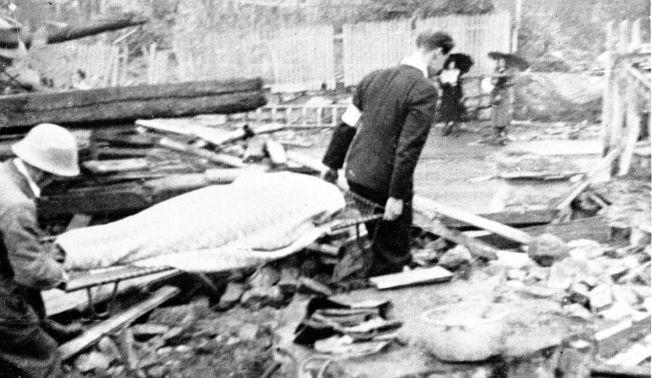 STORE SIVILE TAP: 193 sivile ble drept under det britiske bombeangrepet på ubåtbunkeren i Laksevåg. Ubåtbunkeren, som var målet for angrepet, ble knapt skadet. Her bæres en av de 36 ansatte som omkom i Kleivdals Lærfabrikk bort fra ruinene. Foto: NTB SCANPIX