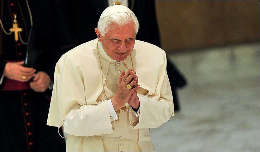 KUN MENN: Ordinering av kvinnelige prester er en alvorlig forbrytelse mot troen, mener Vatikanet. Her er pave Benedict fotografert i Vatikanet i forrige uke. Foto: AFP