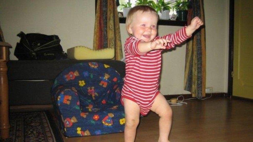 DØDE PÅ SYKEHUS: Martine døde som følge av hodeskader. På dette bildet tar hun sine første skritt.