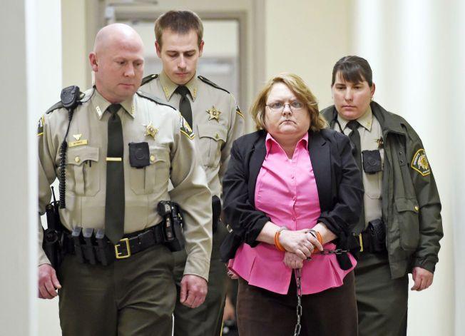 FIKK LIVSTID:  Joyce Hardin Garrar blir her ført tilbake til Etowah County Detention Center der hun har sittet varetekstfengslet.