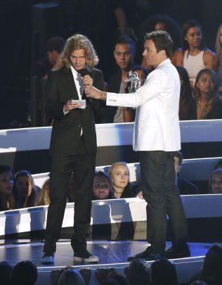 TOK I MOT PRIS: Det var Jesse som tok i mot prisen for «årets musikkvideo» fra Jimmy Fallon. Han og Cyrus ønsket å rette søkelyset mot hjemløse.