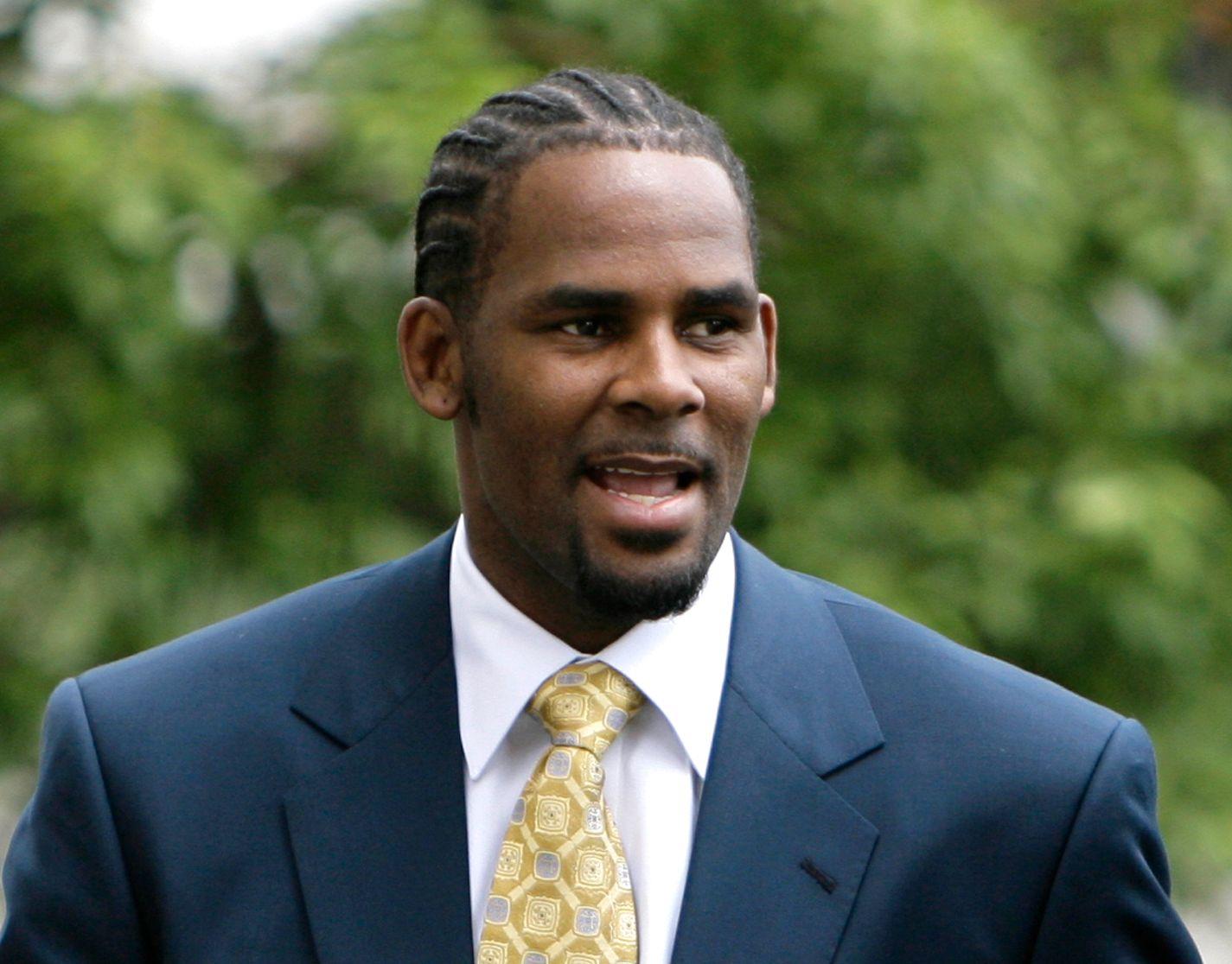 ANKLAGER I 24 ÅR: Kontroversene mot R&B-artisten R. Kelly startet i 1994 da han giftet seg med 15 år gamle Aaliyah. Her fra 2008 da han var i retten.