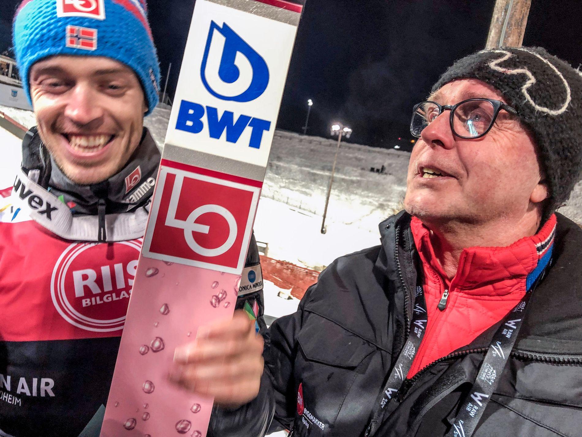 Andreas Stjernen og Hroar Stjernen etter det siste hoppet i Granåsen torsdag kveld.