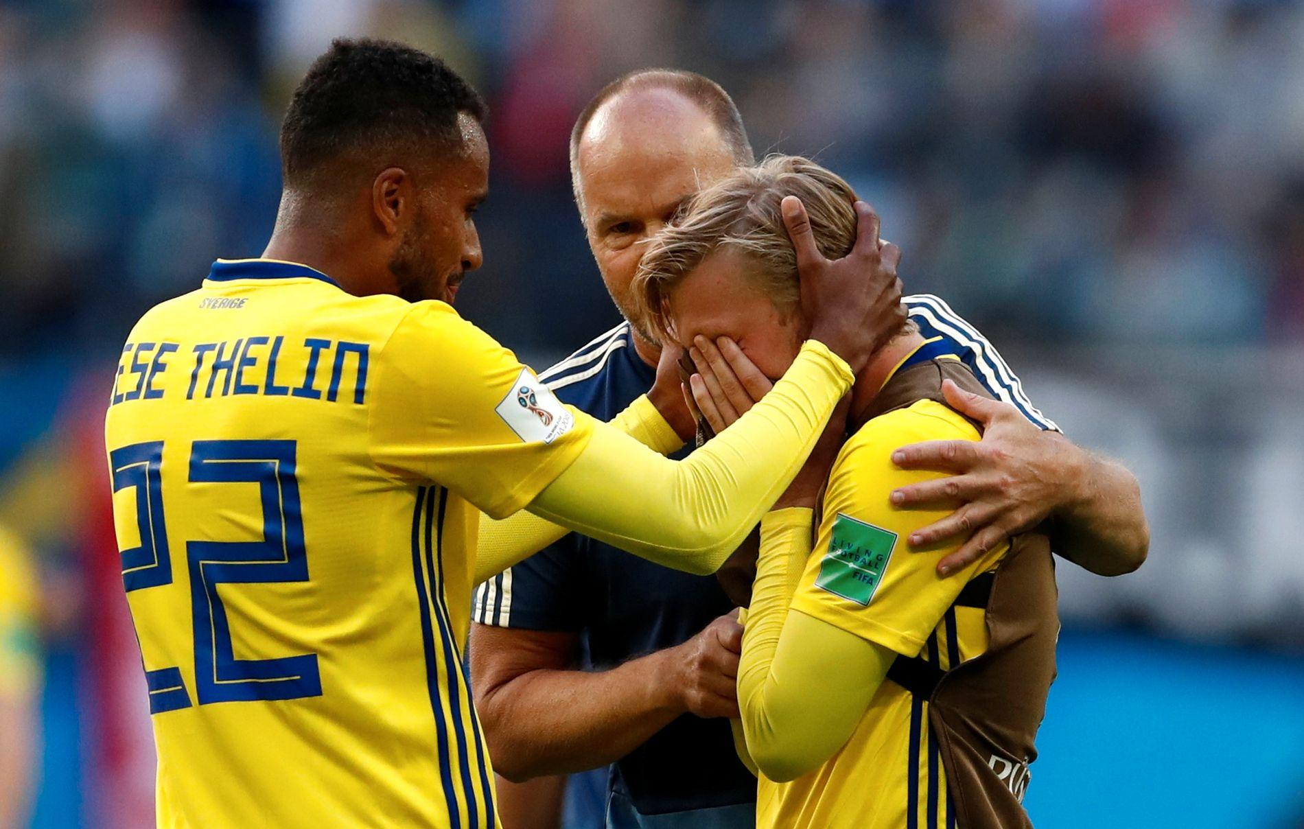 GRÅT AV GLEDE: Emil Forsberg gratuleres av lagkamerat Kiese Thelin etter å ha blitt matchvinner mot Sveits.