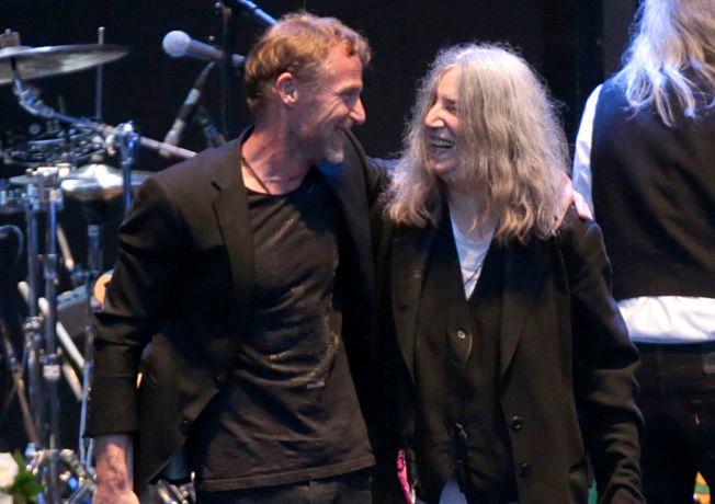STJERNEDUO: Patti Smith har lest inn Jo Nesbøs «Blod på snø» på lydbok og kan nå vinne en av verdens gjeveste priser. Her er de sammen på Norwegian Wood i Oslo i sommer.