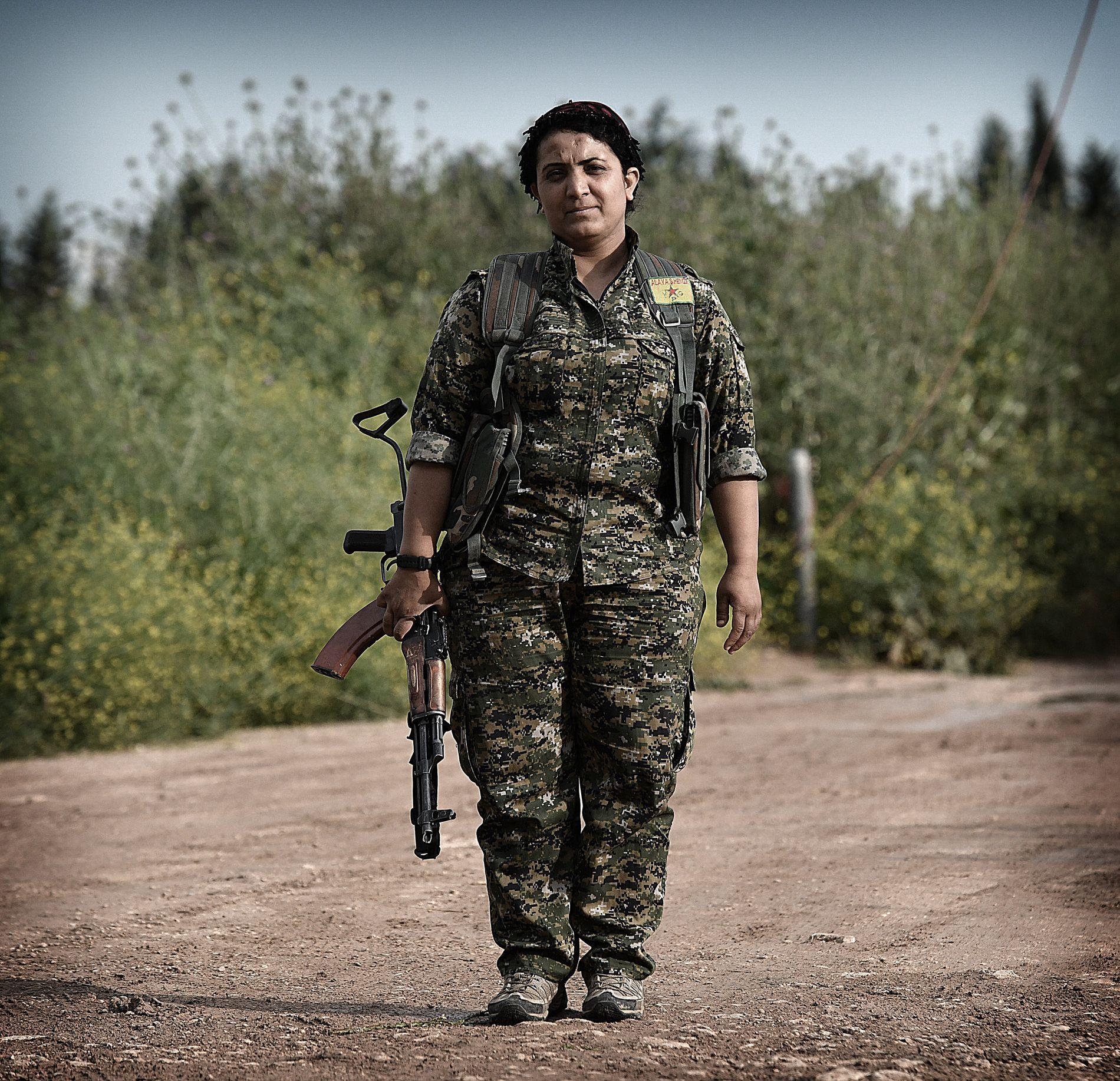KOMMANDØREN: Dilar Halab (25) er kommandør i brigaden.