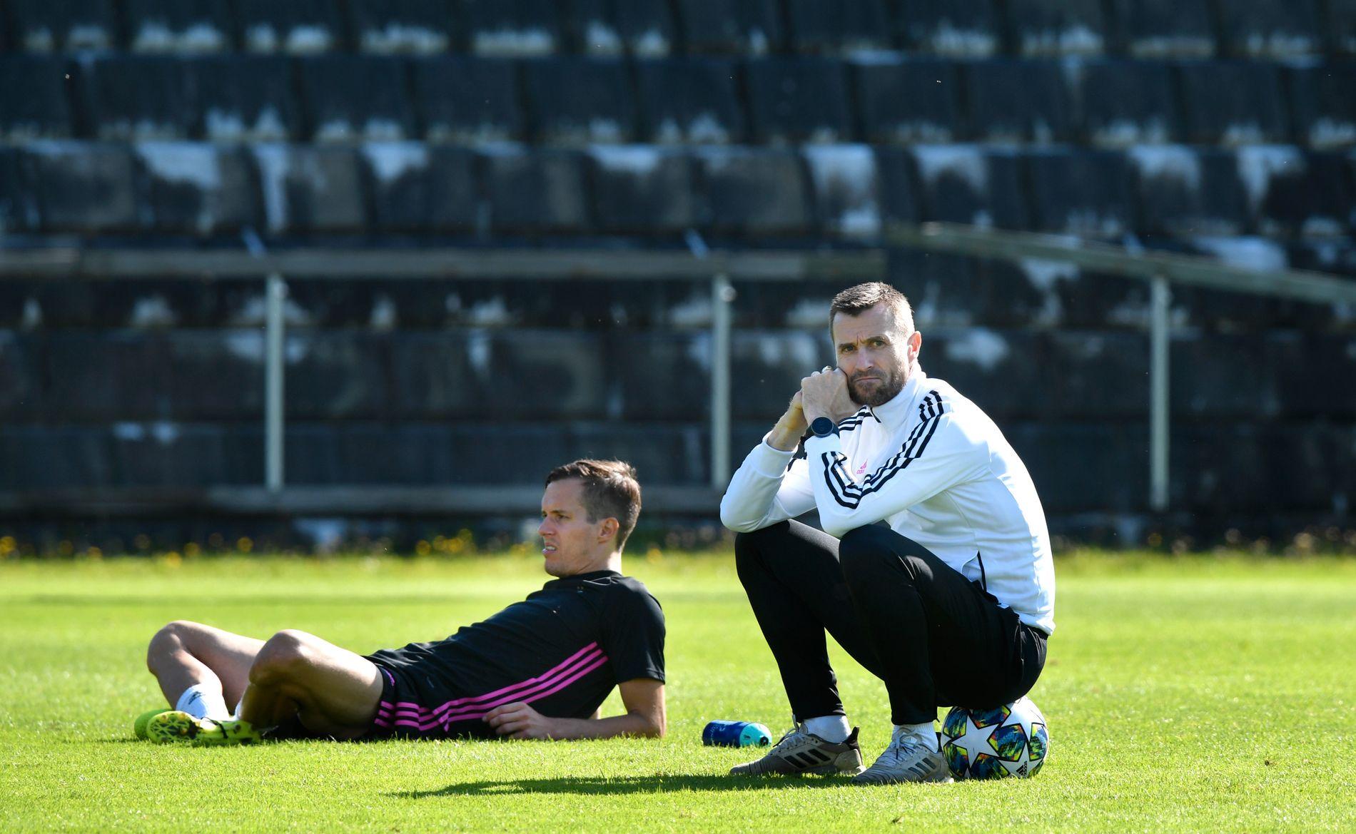 NYTER GODVÆRET: Eirik Horneland og Anders Konradsen tar en pust i bakken på Lerkendal før oppgjøret mot Dinamo Zagreb.