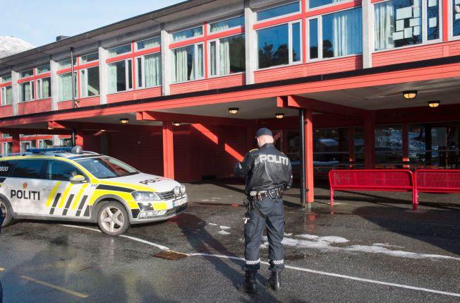 RYKKET UT: Store politistyrker var på plass ved ungdomsskolen etter at en gutt ble knivstukket.