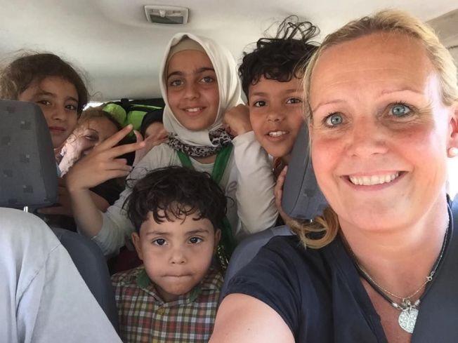 REDDET: De frivillige på Lesbos har leid biler som de kjører primært kvinner og barn i, fra stranden og til nærmeste landsby. Gleden er stor blant barna som får sitte på med Trude Jacobsen.