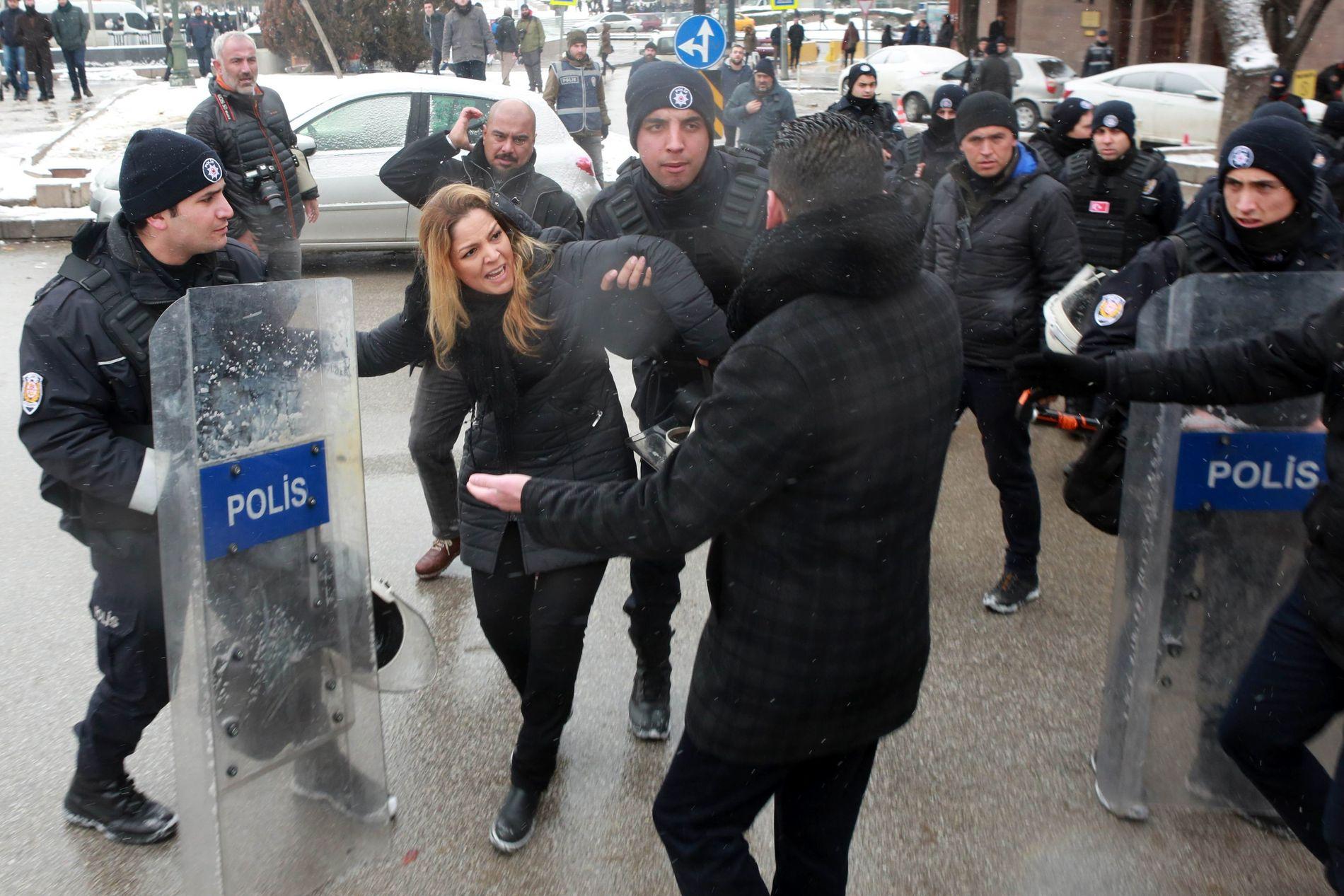 JERNRING RUNDT PARLAMENTET: Tyrkisk politi har de siste dagene hindret demonstranter fra å marsjere mot den tyrkiske nasjonalforsamlingen under behandlingen av forslaget til ny grunnlov.