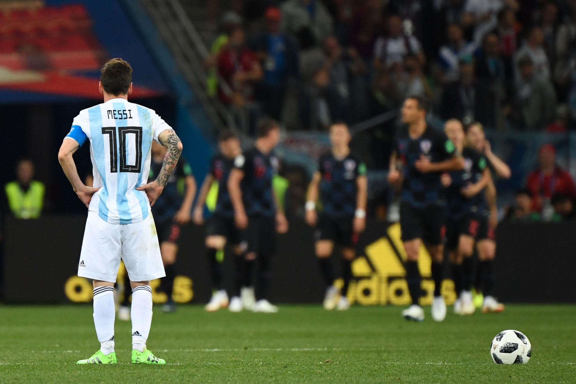 10 AND OUT? Lionel Messi fortviler, mens kroatene jubler i bakgrunnen.