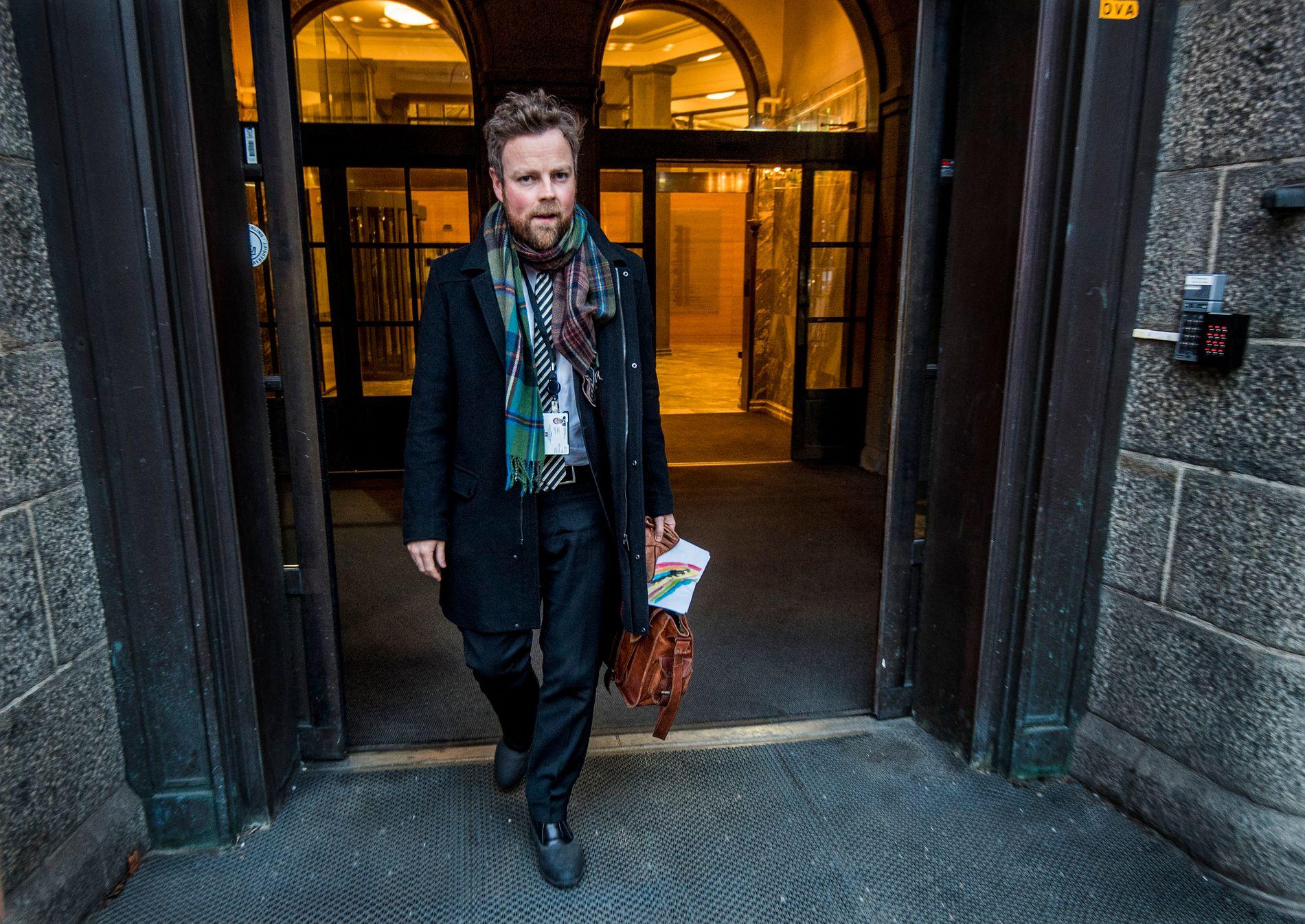 FREMSNAKKER KONGEN: Kunnskapsminister Torbjørn Røe Isaksen er glad for at kongen minner både politikere og andre på at mobbing er et kontinuerlig problem. Her er statsråden på vei ut fra eget departement tidligere i vinter.