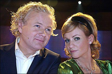 GAVMILDE: Programlederne Øyvind Fjeldheim og Cathrine Lilleaas måtte gi fra seg mer penger enn TV 2 hadde regnet med i «Pokerfjes». Foto: TV 2