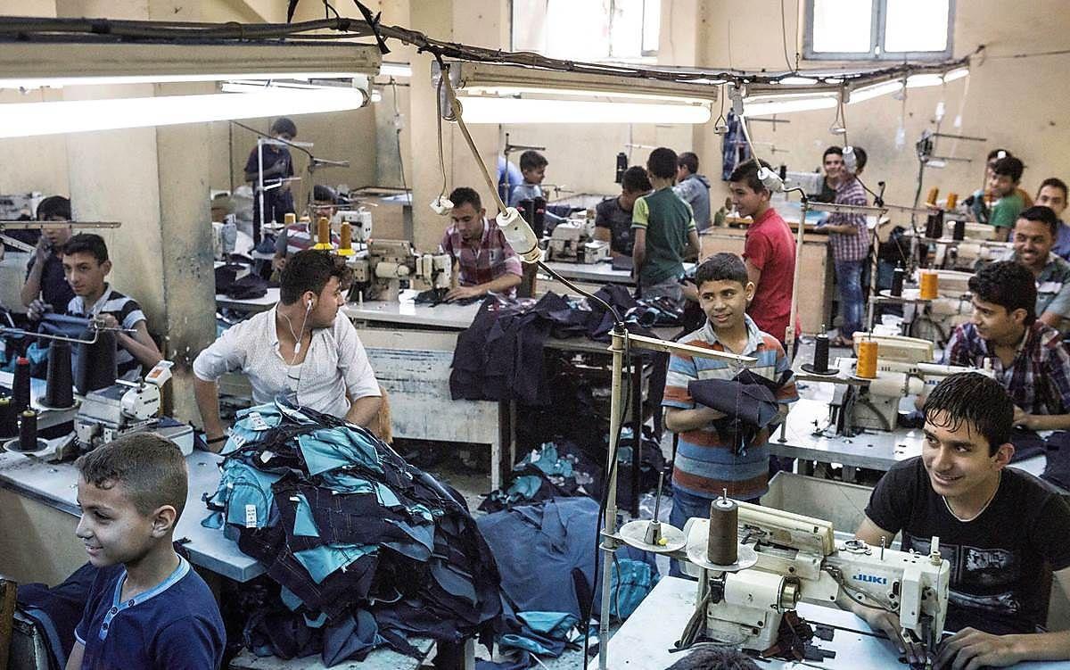 KLESFABRIKK: Bildet er tatt i byen Gaziantep, nær den syriske grensen, der både syriske og tyrkiske barn lager jeans sammen med voksne. Det er ikke noen kjent kobling mellom denne fabrikken og nordiske klesmerker.