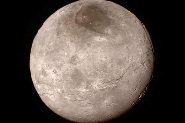 SKINNET BEDRAR? Plutos største måne, Charon, kan ha hatt et hav under overflaten.