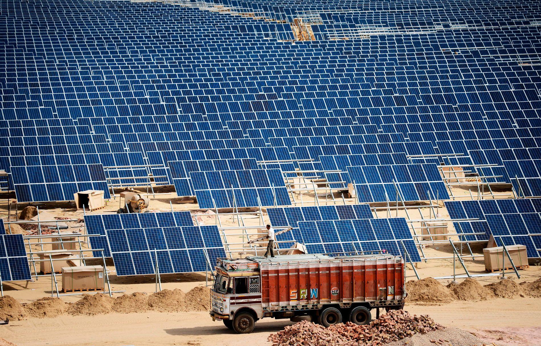 HAV AV SOLPANELER: Fornybar-energi i India og Kina forklarer noe av årsaken til av Co₂-utslippet i verden har stagnert siden 2014. Her en gigantisk solcelle-park i ørkenen i Rajasthan-provinsen vest i India. Bildet er tatt i 2015.