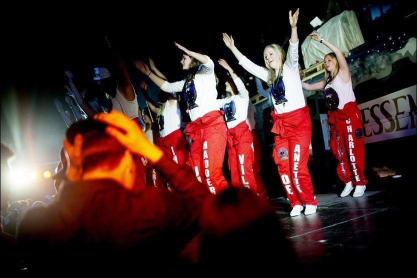 KÅRING: Det var full fest i Telenor Arena i slutten av april da bærumsrussen kåret årets russebuss i Bærum. Russen bruker i gjennomsnitt 10.000 kroner på å feire og mye av det går til fest. Foto: Stian Lysberg Solum / NTB scanpix