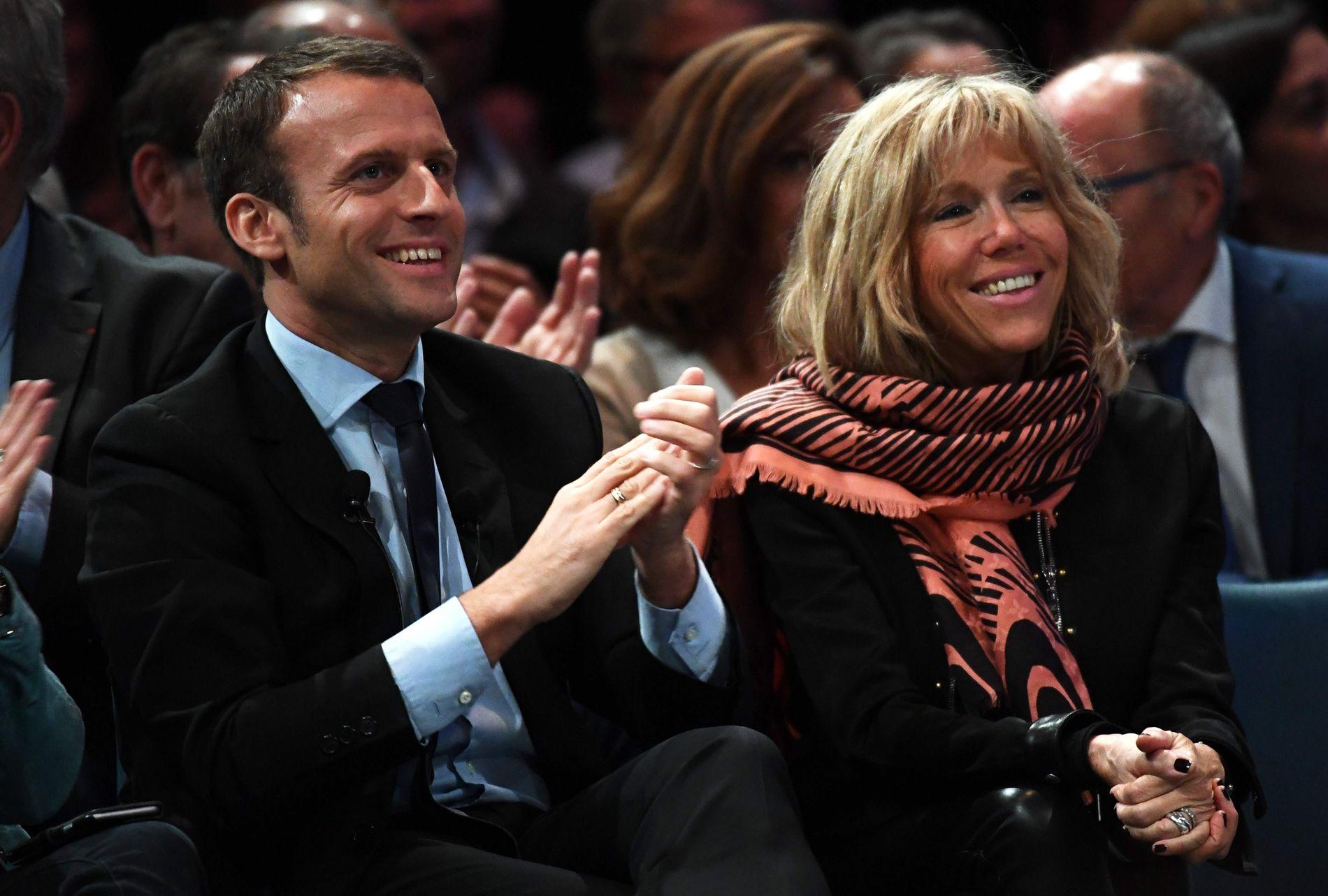 FORELSKA I LÆRER´N: Den uavhengige kandidaten Emmanuel Macron er valgkampens yngstemann og sees på som et moderne friskt pust inn i fransk politikk. Han er gift med sin tidligere lærerinne, 21 år eldre Brigitte Trogneux. FOTO: AFP